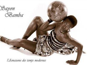 sayon bamba, l'ex-chanteuse des amazones de guinée qui s'entoure de musiciens et instruments du monde entier