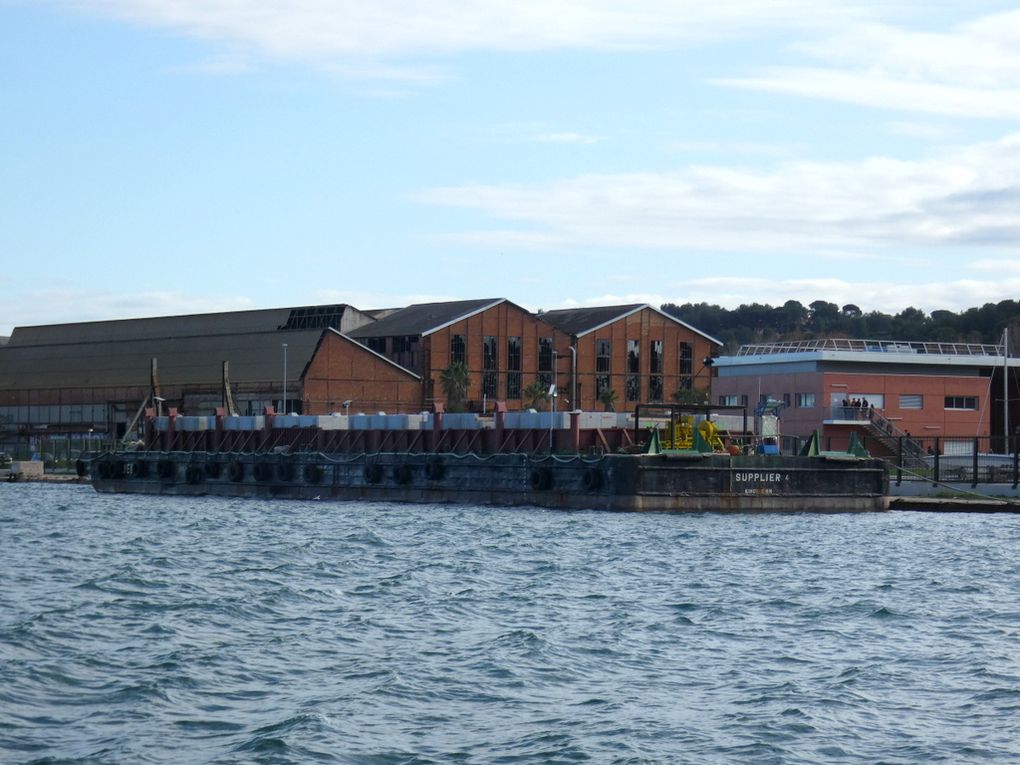 SUPPLIER  4 , barge  a quai à la Seyne sur Mer le 03 decembre 2018