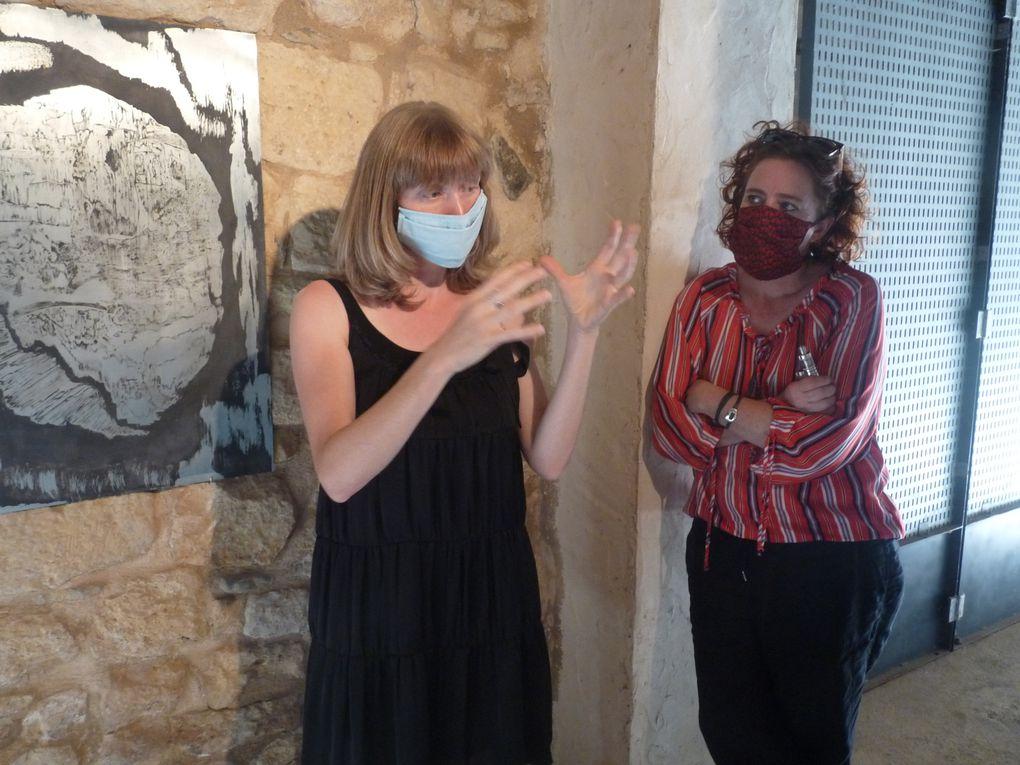 Natacha Baluteau aux côtés de la coprésidente Violaine Bariller lorqu'elle présente son exposition à une partie du public (photos DLTT)