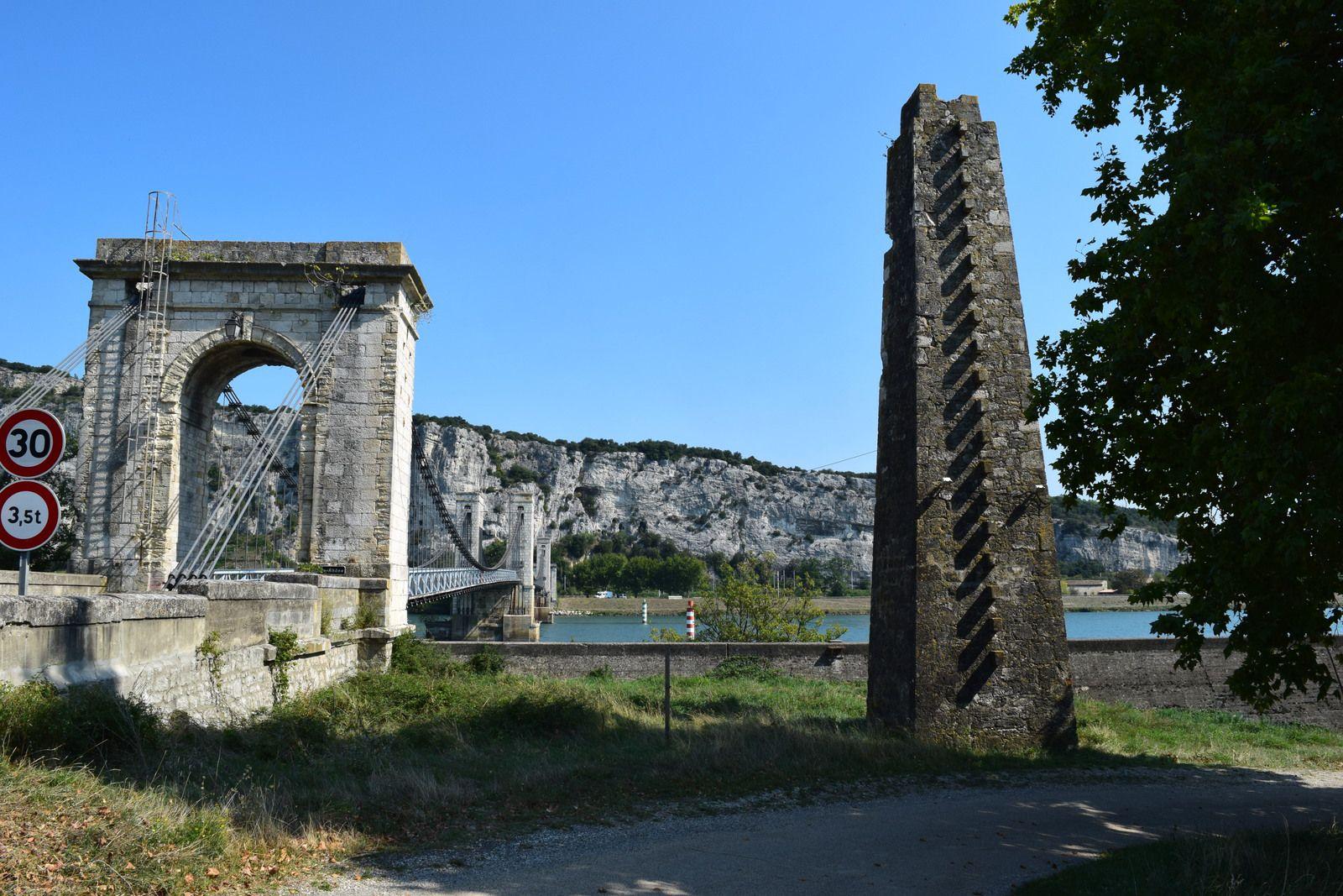 En rive droite, côté Viviers en Ardèche donc , c'est une pile de plan carré et de forme tronconique qui recevait le câblage. Cette pile maçonnée, en moellons de calcaire avec chaînes en pierre de taille, subsiste toujours à 10 m en amont de l'arc monumental formant tête de pont du pont suspendu.