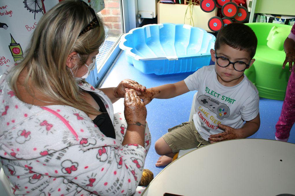 Jeudi 5 Août 2021. Les enfants de maternelle du centre Anatole France ont pu se relaxer lors d'une séance bien-être: gommage des mains, du visage, des pieds...avec des ingrédients comme le yaourt, le chocolat, le miel, le café, l'huile de coco, le sucre... Une découverte du sensoriel, du bien-être et cocooning, le tout dans une ambiance zen!