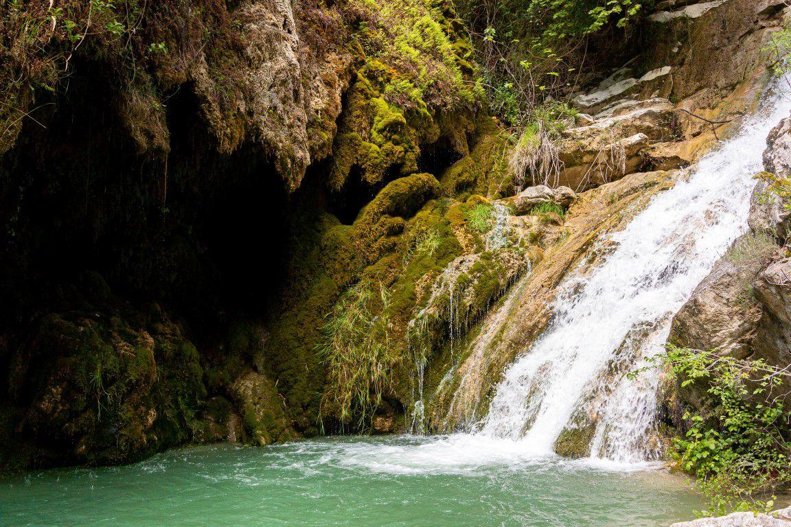 dans les cascades de tuf et la grotte de tuf finales