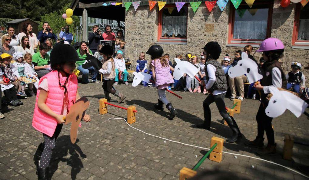 Zum Abschluss der einstündigen Vorführung galoppierten diese Vorschulkinder voller Freude als Reitlehrerinnen mit ihren Ponys durch einen Parcours.