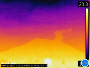 Agung - the steam plume at 400 m this 05.11.2017 22h57 on the thermal image of the PVMBG - Seismicity of 06.11.2017 via Magma Indonesia - a click to enlarge