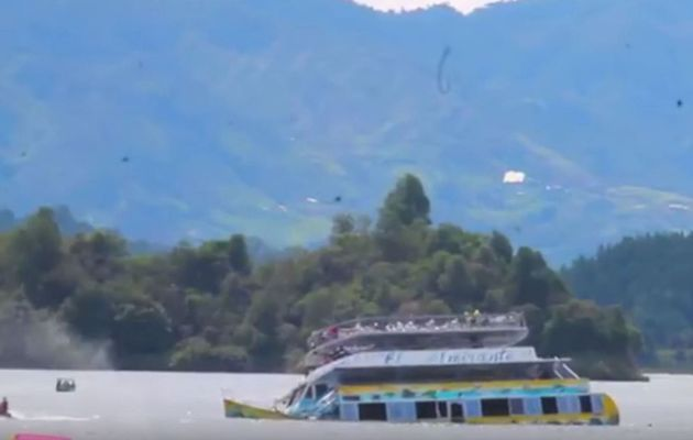 Vidéo - un bateau sombre sur un lac, devant les caméras en Colombie. 37 morts et disparus