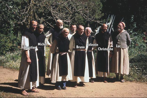 """""""Depuis cette photo en 1989, aucun n'avait fui les menaces islamistes. Six des sept trappistes enlevés (de gauche à droite) : le père prieur dom Christian de Chergé, 59 ans ; frère Michel Fleury, 52 ans ; le père Bruno Lemarchand, 66 ans ; le père Célestin Ringeard, 62 ans ; le père Christophe Lebreton, 45 ans ; frère Luc Dochier, médecin, 82 ans. Le frère Pau Favre Miville, 57 ans, n'est arrivé en Algérie qu'en 1992."""" - Paris Match n°2454, 6 juin 1996. Frère Jean-Pierre et frère Amédée, qui dormaient dans une autre partie du monastère, ont échappé aux ravisseurs. Gamma-Rapho via Getty Images"""