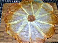 2 - Placer une feuille de papier sulfurisé sur une plaque allant au four, huiler la feuille au pinceau. Disposer les fines tranches de pomme de terre en corolle (ou en éventail), évider le centre avec un petit emporte-pièce (ou un bouchon en fer). Huiler à nouveau au pinceau les tranches de pomme de terre. Saupoudrer d'épices (paprika, sel et poivre), recouvrir d'une autre feuille de papier sulfurisé et d'une plaque allant au four. Mettre le tout au four th 6 pour 5 à 8 mn selon que vous souhaitez que les fleurs soient plus au moins colorées.