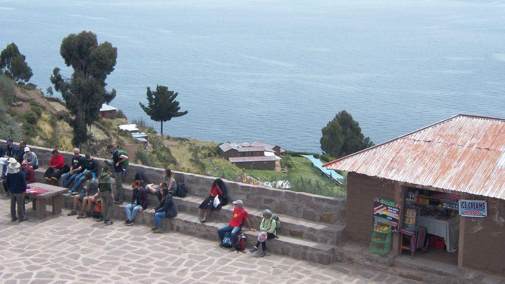 Taquilé , ses artistes, la lessive sur le bateau au retour,  pisco sour happy hour a Puno, Cauche de queso, palta reina y alpaca