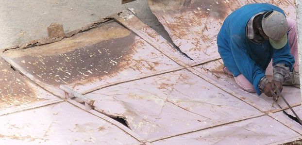 Découpe d'un portail en tôle à la scie à métaux