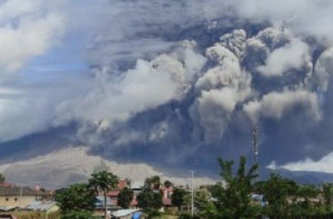 Sinabung - pyroclastic flow and co-pyroclastic cloud from 25.10.2020 - photos Rizal at Antara