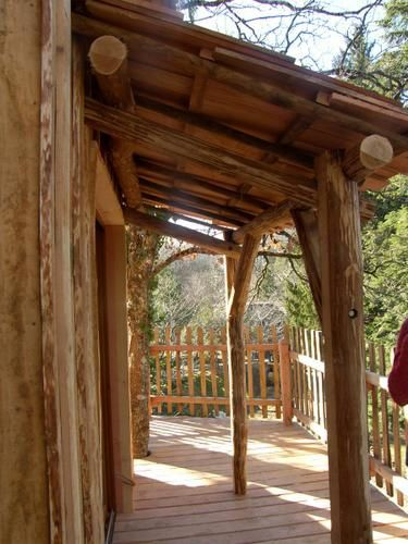 Notre Cabane Perchée peut accueillir jusqu'à 5 personnes... Perchée à 7 mètre, avec une vue imprenable sur un étang.... Laissez vous tenter !