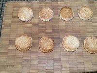 2 - Tartiner du carré frais sur les bandes de concombre, puis déposer une lamelle de jambon. Enrouler le concombre sur lui-même et le retenir avec une pique en bois. Mettre au réfrigérateur. Découper dans du pain de mie des disques avec un emporte-pièce rond au diamètre de vos petits rouleaux de concombre. Faire toaster quelques instants au grill du four juste avant de servir et déposer dessus les concombres roulés frais. Disposer le tout sur une assiette de service, décorer de brins de persil et déguster en bouchées à l'apéritif.