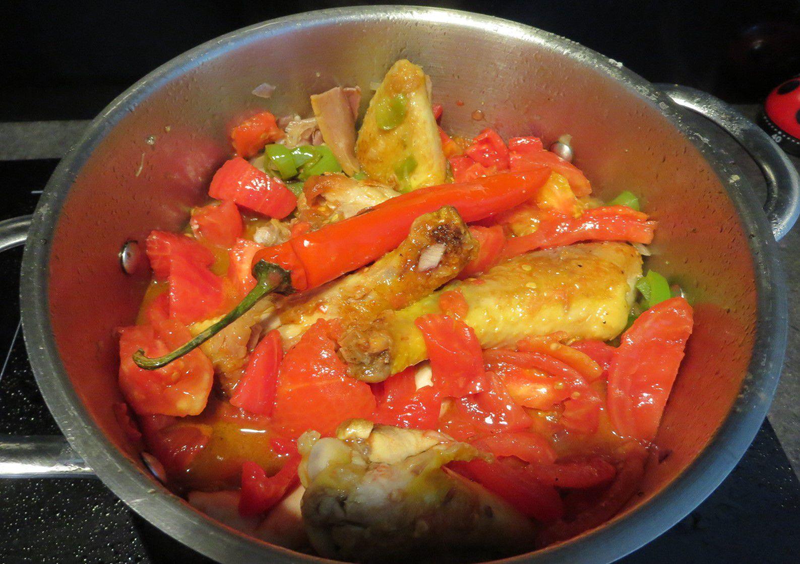 2 ailes/2 pilons/1 haut de cuisse; poulet qui se tient à la cuisson; des tomates mûres; du jambon cru; du chorizo; oignons/ail/persil/thym/basilic/ sel/poivre/1 piment fort. Piments corne verts. ET pour finir en douceur des petites aubergines cuites au four .