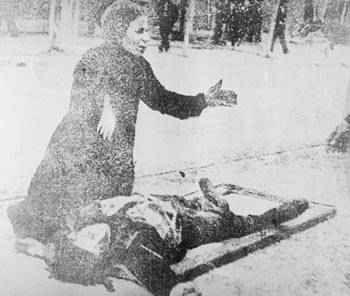lamentation d'une mère devant le corps de son fils mort