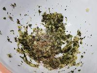 2 - Une fois le tout bien écrasé, ajouter le sel et le poivre, presser le citron, incorporer le vin blanc, le cognac et l'huile d'olive. Bien mélanger.