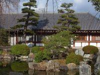 """La visite terminée, je recommande, si vous en avez le temps, une promenade vers les petits jardins et autour du temple duquel vous pourrez aprécier encore les dimensions. Un moment très """"zen"""". Cela vous permettra également d'exulter votre frustration de ne pas avoir pu prendre de photos à l'intérieur !"""