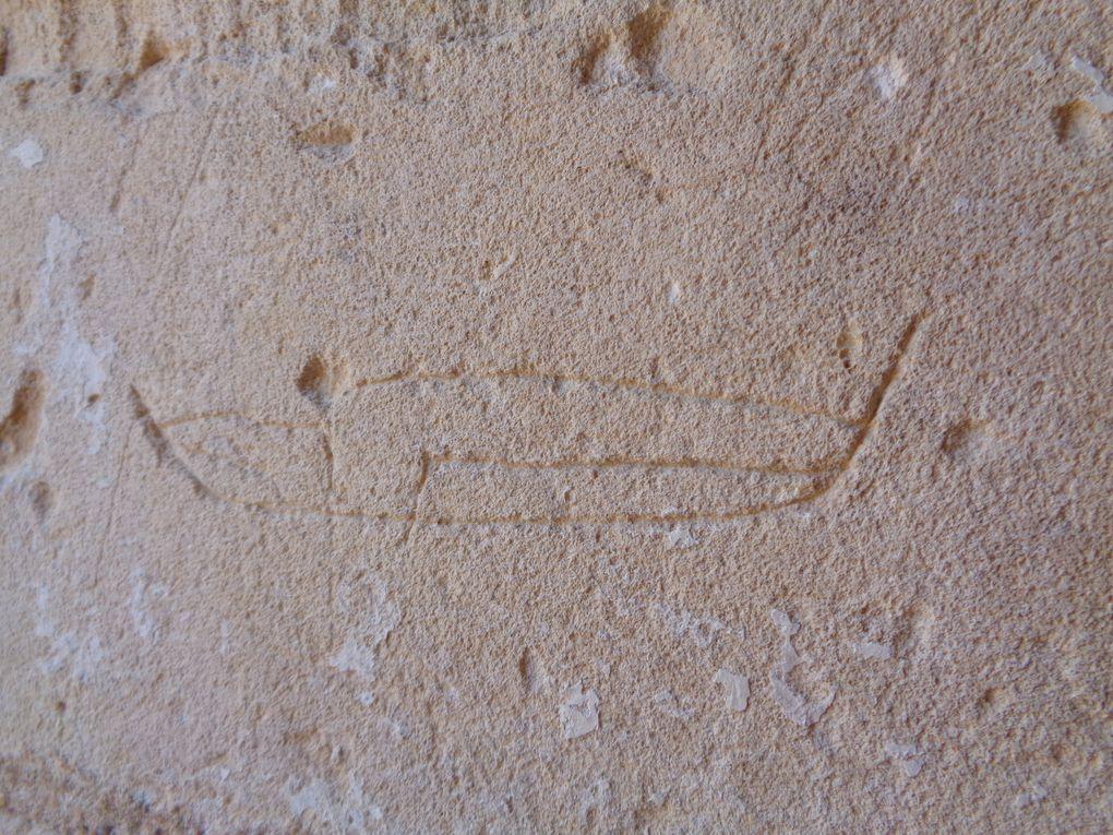Ces signes lapidaires, inscriptions, voir aussi la reproduction des armoiries des occupants des lieux, sont d'un temps assez moderne. Il serait intéressant de découvrir des marques de tâcherons, voir autres signes des 12 et 13 ièmes siècles, il peut en exister dans les niveaux inférieurs.