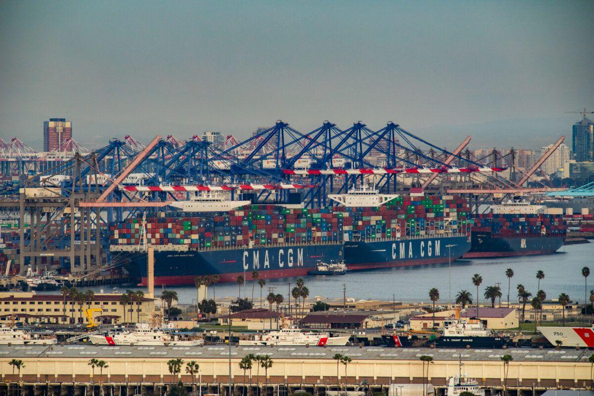 Des navires sont à quai dans le port de Los Angeles, à Long Beach (Californie), le 30 janvier 2021.