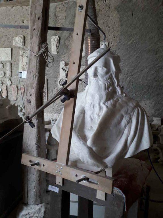 Le buste de Léonard de Vinci en plâtre avec le copieur et le buste en marbre qui prend forme