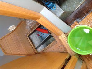 Une fois dans l'eau, PETZI a pris l'eau, il nous a fallu pomper... et à la main, la pompe électrique était en panne.