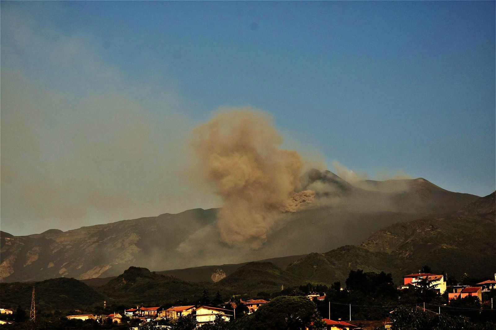 Etna - 08/09/2021 07:41 loc.- opening of a new mouth at the base of the SE crater and emission towards the Valle del bove - photo courtesy of © Pippo Scarpinati