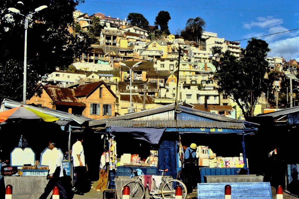 Découvrir les vieux quartiers de la capitale, ex- Tananarive, renvoie à un monde révolu, celui de l'architecture coloniale; on se croirait parfois aux Antilles. A la différence près qu'à Madagascar, qu'on le veuille ou non, on va croiser la misère à de nombreux coins de rue.