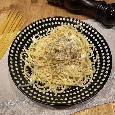 Spaghetti cacio e pepe (spaghetti au fromage et au poivre)