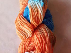 Echeveaux de laine mérinos teintés tons orange doux, bleu et blanc
