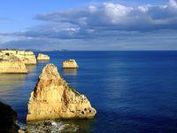 Des falaises à portée de vue, des roches allumées par le soleil et la mer, gardienne du temple, sereine, puissante, apaisée et apaisante...