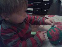 Chez Floriane on attaque la peinture... Rouge, Jaune et Vert ! on colle des gommettes, on étales des paillettes au doigt et on met la trace de sa main! Trop belle cette boule de Noël !