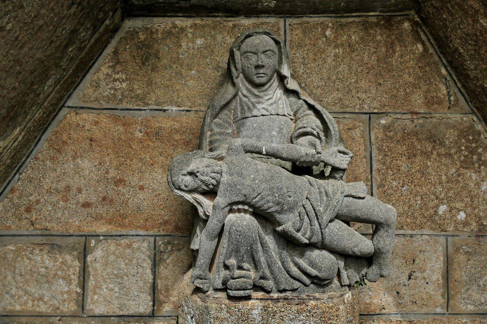 Vierge de Pitié (kersanton, atelier Prigent, vers 1550) de la fontaine de dévotion de Lambader à Plouvorn. Photographie lavieb-aile.