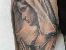 tatouage vierge bras