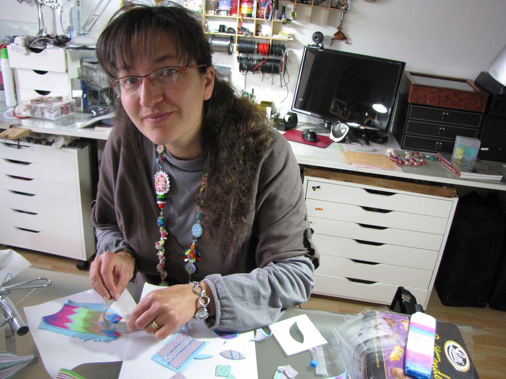 pate argile polymere l'artiste melange les couleurs et cela donne de beaux bijoux