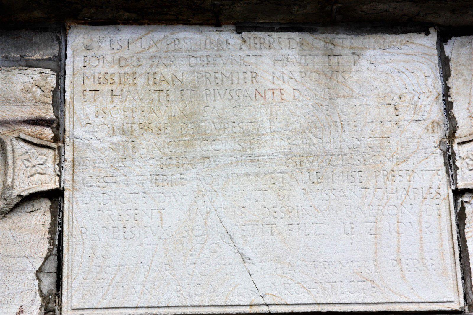Inscription de fondation de la chapelle d'Espinay, ancienne collégiale de Champeaux. Photographie lavieb-aile août 2020.