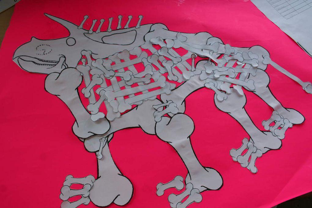 Quelques défis : contruire un dinosaure avec 100 os, une guirlande avec 100 trombonnes ou 100 morceaux de papiers, faire une construction avec 100 kaplas ou 100 gobelets....