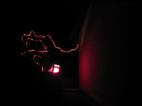 La distribution du tissu rouge a commencé le 1er déc. En réalité, les habitants des Vaîtes sont principalement venus samedi 3 dec après midi. Et bravant la neige, le vent et le froid, voici les premiers préparatifs de l'action les Vaîtes voient rouge ! Les guirlandes rouges commencent à fleurir !