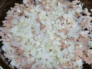 """3 - Emietter le thon dans un récipient, puis le crabe en miettes, mélanger le tout. Incorporer les oignons, et ensuite 2 bonnes cuil. à soupe de mayonnaise, remuer l'ensemble. Peler l'avocat, ôter le noyau et le couper en 2. Détailler l'une des moitiés en lamelles dans le sens de la largeur, l'autre moitié découpée en largeur également servira pour la décoration . Citronner les tranches coupées avec le 1/2 citron vert restant pour ne pas qu""""elles noircissent."""
