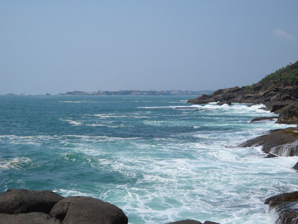 Elle fait parfois l'effet d'une carte postale entre sable et rocaille ( avec des guest-houses accessibles ) pourtant la mer est parcourue de courants redoutables. Surtout cette côte est particulièrement marquée par le tsunami de décembre 2004. Il a endeuillé chaque famille, des milliers de Sri Lankais et quelques touristes ont été emportés par la vague de plus de  30 mètres.