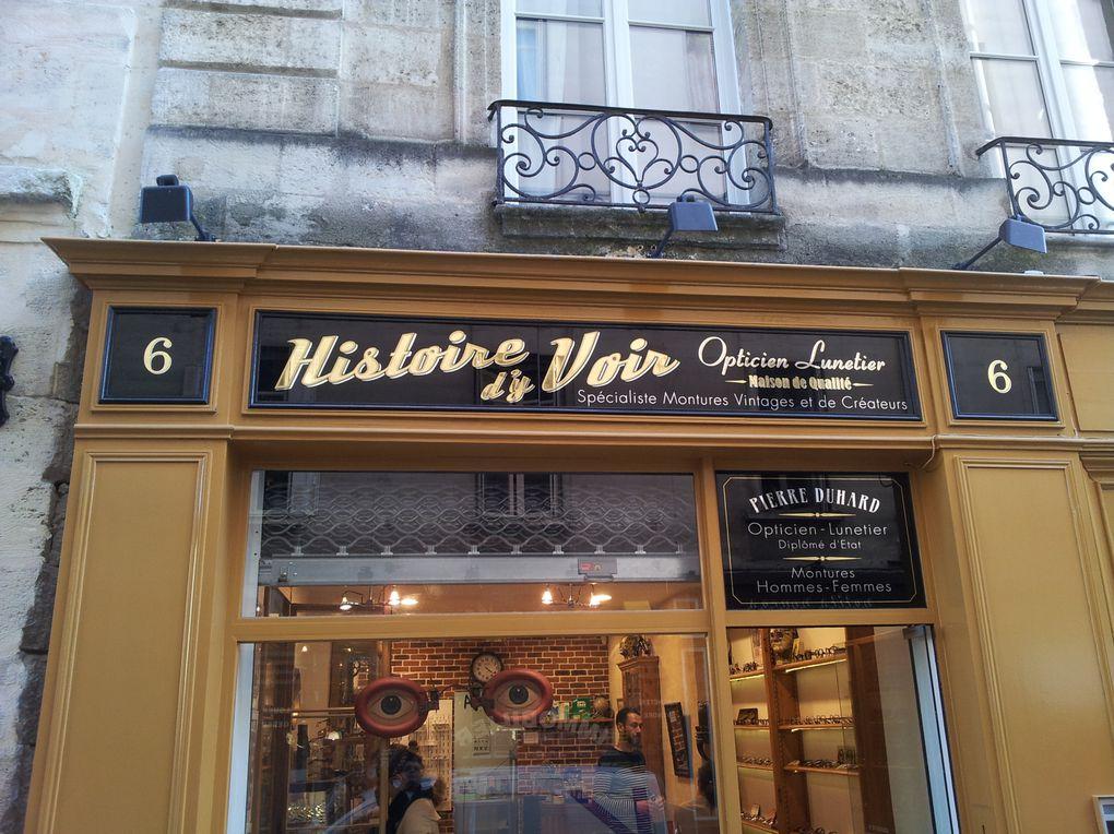 Lunetier Opticien sur Bordeaux. Spécialiste en montures vintages. Devanture bois laquée.  Enseignes en verre avec lettres à la feuille d'or.
