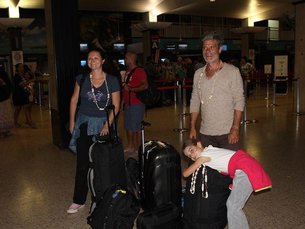 Départ de Tahiti : aéroport. Margaux s'est endormi en attendant l'enregistrement à 23H30.
