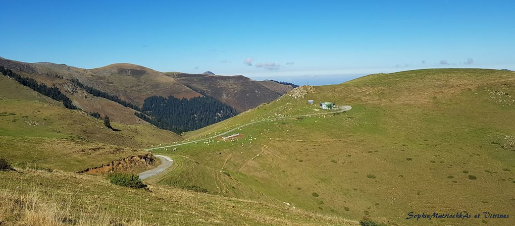 Notre but est de monter au col (Photo avec nos trois marcheurs, creux entre deux montagnes), où l'on aperçoit le petit nuage rond.