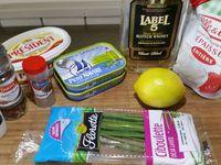 1 - Bien égoutter les sardines pour retirer l'huile (retirer les arêtes et la peau si vous prenez des sardines en boîte entières). Les écraser à la fourchette dans un récipient, les passer au mixeur avec le beurre coupé en morceaux. Replacer dans le récipient, incorporer le jus d'un demi-citron jaune, puis les 2 cuil. à soupe de Whisky et la crème fraîche préalablement légèrement battue au fouet. Bien mélanger et terminer en assaisonnant avec sel et poivre, et en ajoutant une cuil. à soupe de baies roses et quelques brins de ciboulette fraîche ciselée.