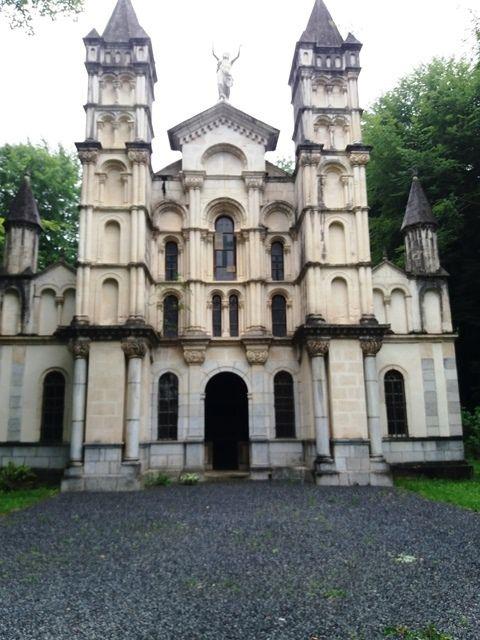 Lestelle-Bétarrham : la congrégation et la chapelle de la  Résurrection.