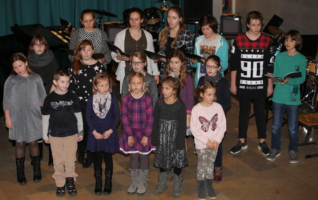 """Der Jugend-Chor der SMSV sang """"Who will come"""" und später """"Unser Heiland ist gebor'n""""."""