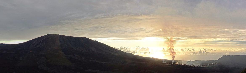 Piton de La Fournaise - l'éruption se poursuit ce 5 mai, avec toujpours un dégazage plus important au cône aval - webcam panoramique OVPF - un clic pour agrandir