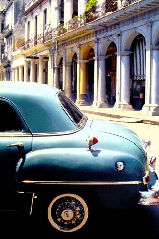 Taxis Buick rutilants de La Havane, Plymouth déglinguées avec leur cygne qui s'envole du capot, ces vieilles carlingues semblent  surgir d'un film de gangsters des années cinquante. Elles n'avaient pas tout d'une grande, elles étaient grandes, et elles roulent encore, increvables, les Cubains étant passés maîtres dans l'art du bricolage en tout genre, blocus et pénurie obligent !