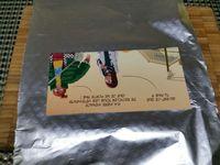 2 - Découper dans du carton un rectangle de 15 cm x 8 cm, l'envelopper de papier alu (pour l'hygiène) et découper 2 rectangles dans la pâte feuilletée (le surplus de pâte pourra servir à la réalisation de petits feuilletés apéritifs agrémentés de graines de pavot, sésame, lin ....). Placer les rectangles sur une plaque allant au four recouverte de papier sulfurisé. Recouvrir d'une nouvelle feuille de papier sulfurisé puis d'une plaque par dessus pour éviter que les rectangles ne gonflent de façon irrégulière. Enfourner le tout pour 10 mn environ en surveillant.