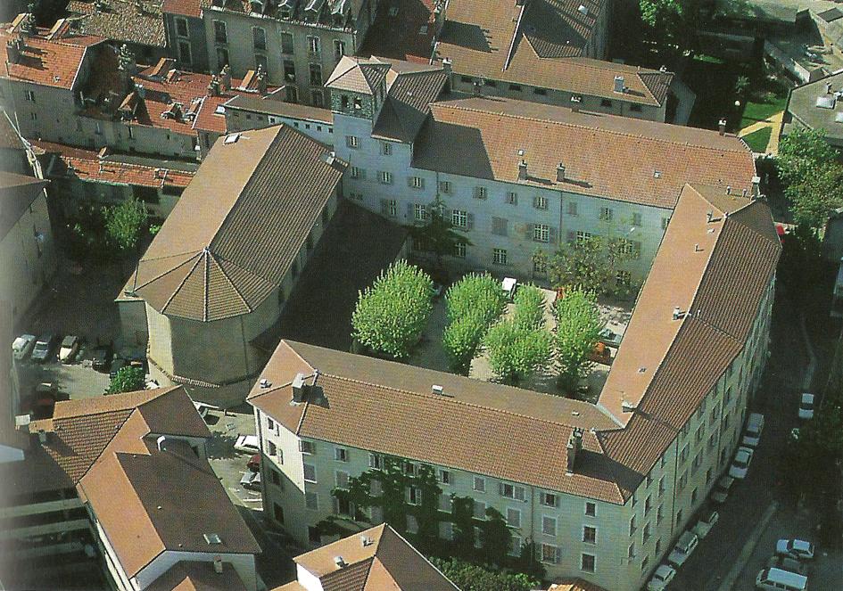 Cloitre rue du vieux temple prés de la place Notre Dame