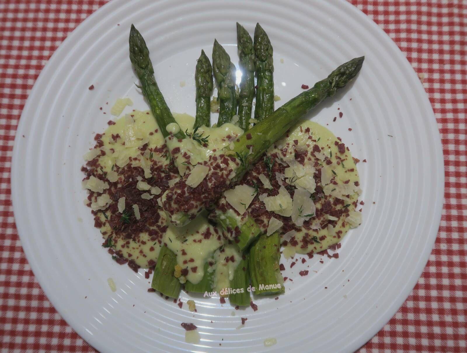 Asperges vertes poêlées à la crème d'asperges au parmesan et noix de jambon séchée
