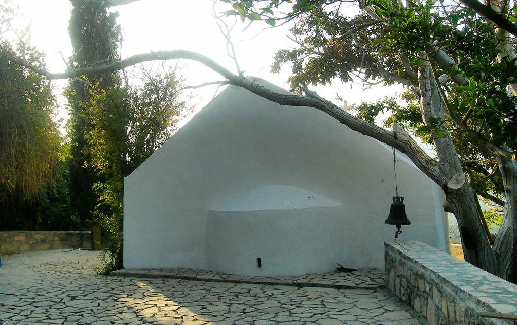 Le village de Monastiraki ( 7 premières dias ) , entre Ierapetra et Pahia Amos ( Crète sud )  a repris vie, alors qu'il était déserté à la fin des années 90. On peut y arriver par de petits sentiers, à partir du village de Papadiana. C'est un lieu magique !